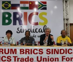 Antonio Lisboa, da Executiva da CUT, ao lado de dirigentes da China, Índia e África do Sul
