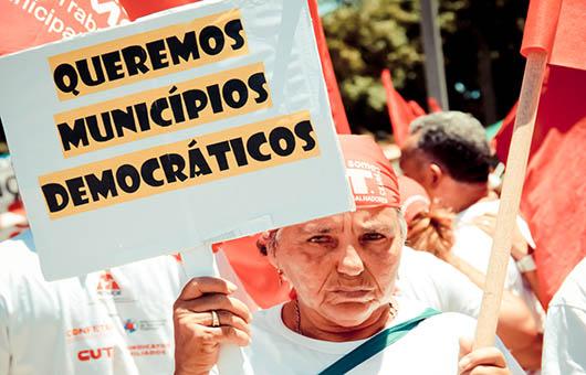Manifestante defende a democracia na gestão pública. Foto: Banco de Imagens - FETAMCE