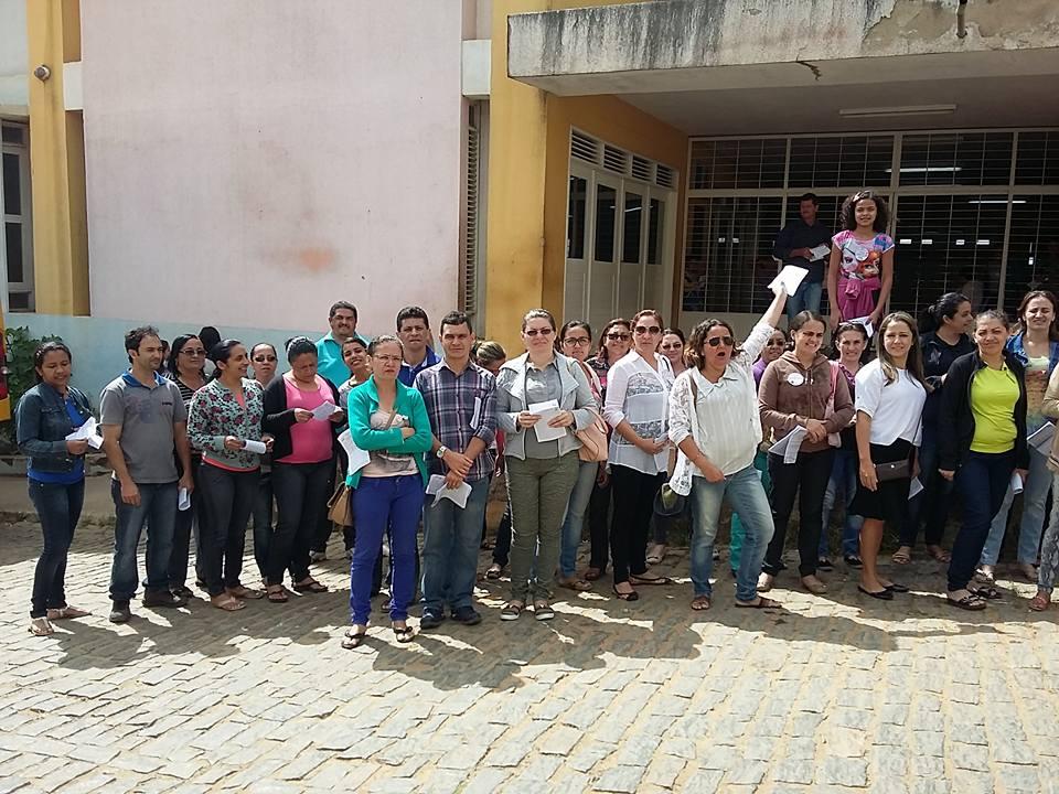 Professores em greve realizam panfletagem nas ruas de Aratuba | Foto: Divulgação/Sindiara